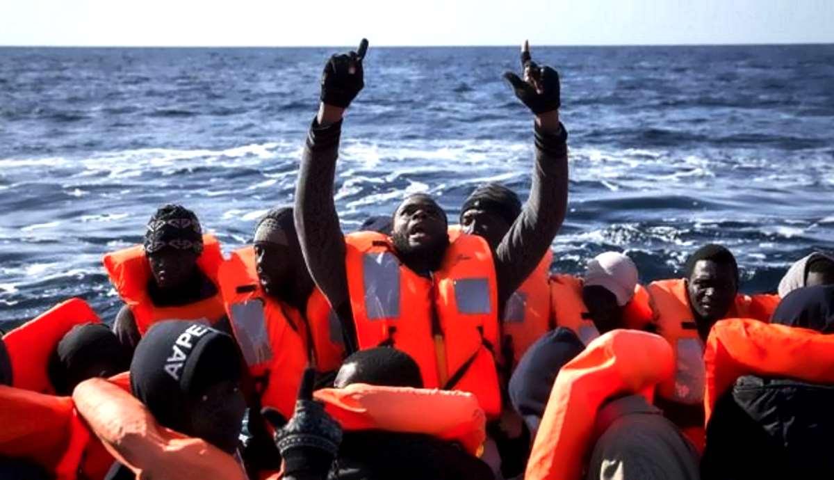 Un mercantile africano ha riportato in Libia i 100 migranti in difficoltà nel Mediterraneo