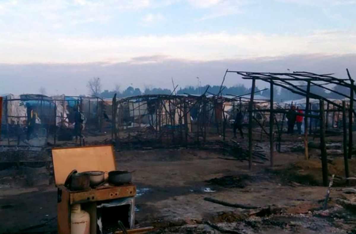 La baraccopoli di San Ferdinando brucia, un migrante muore e Salvini la vuole sgombrare. L'USB si oppone
