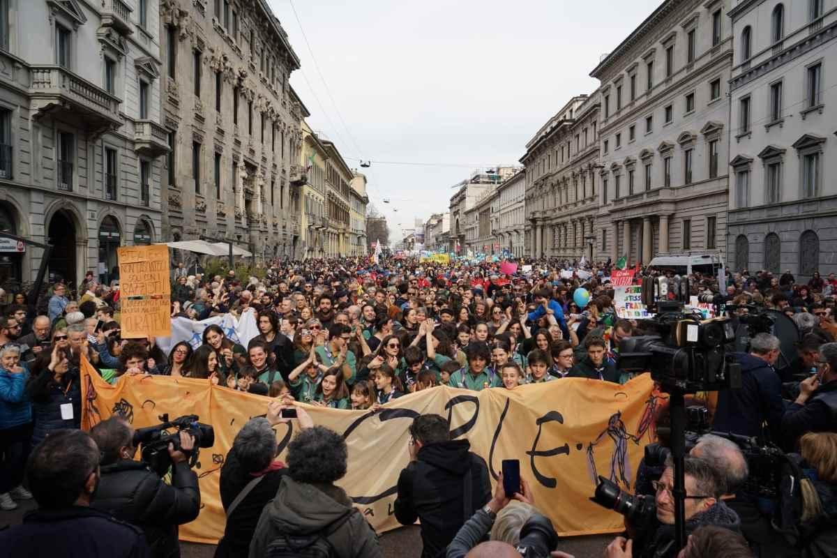 Oltre 200mila in piazza a Milano per l'appello di People, prima le persone