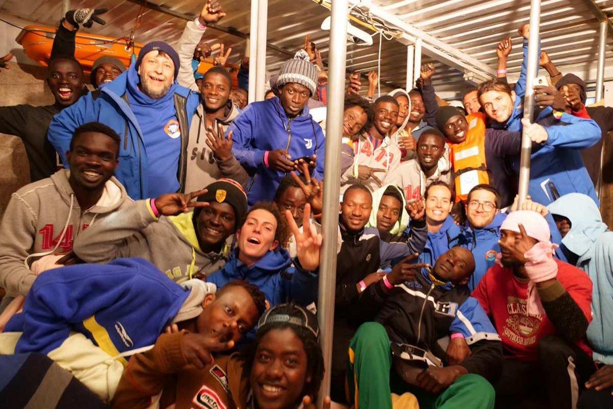 I migranti della Mare Jonio sbarcano a Lampedusa, e Salvini finge di essere soddisfatto