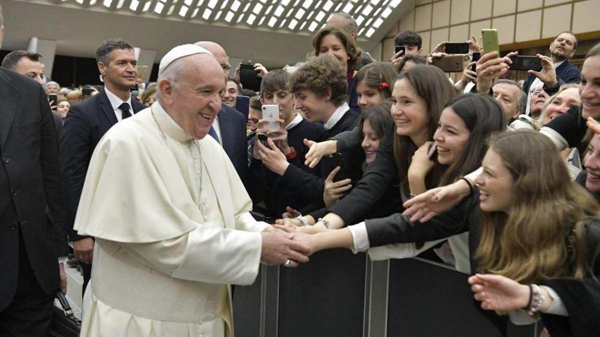 Il Papa agli studenti: liberatevi del telefonino per ascoltare con il silenzio la voce della coscienza