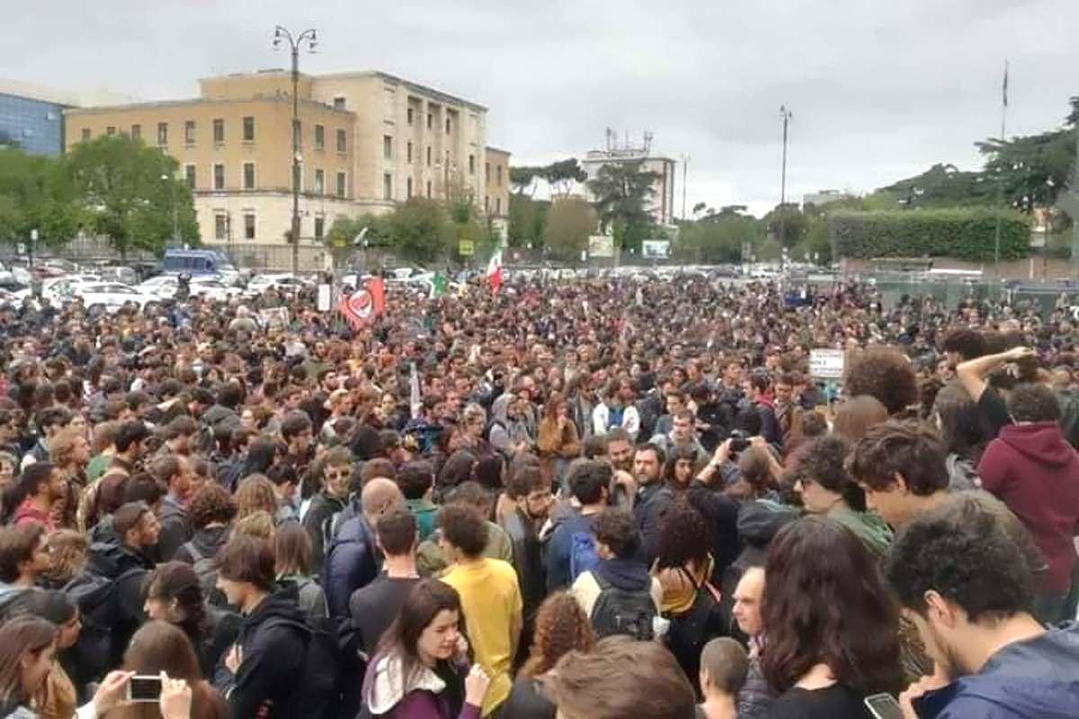 Marea antifascista scorta Mimmo Lucano per il suo intervento alla Sapienza di Roma