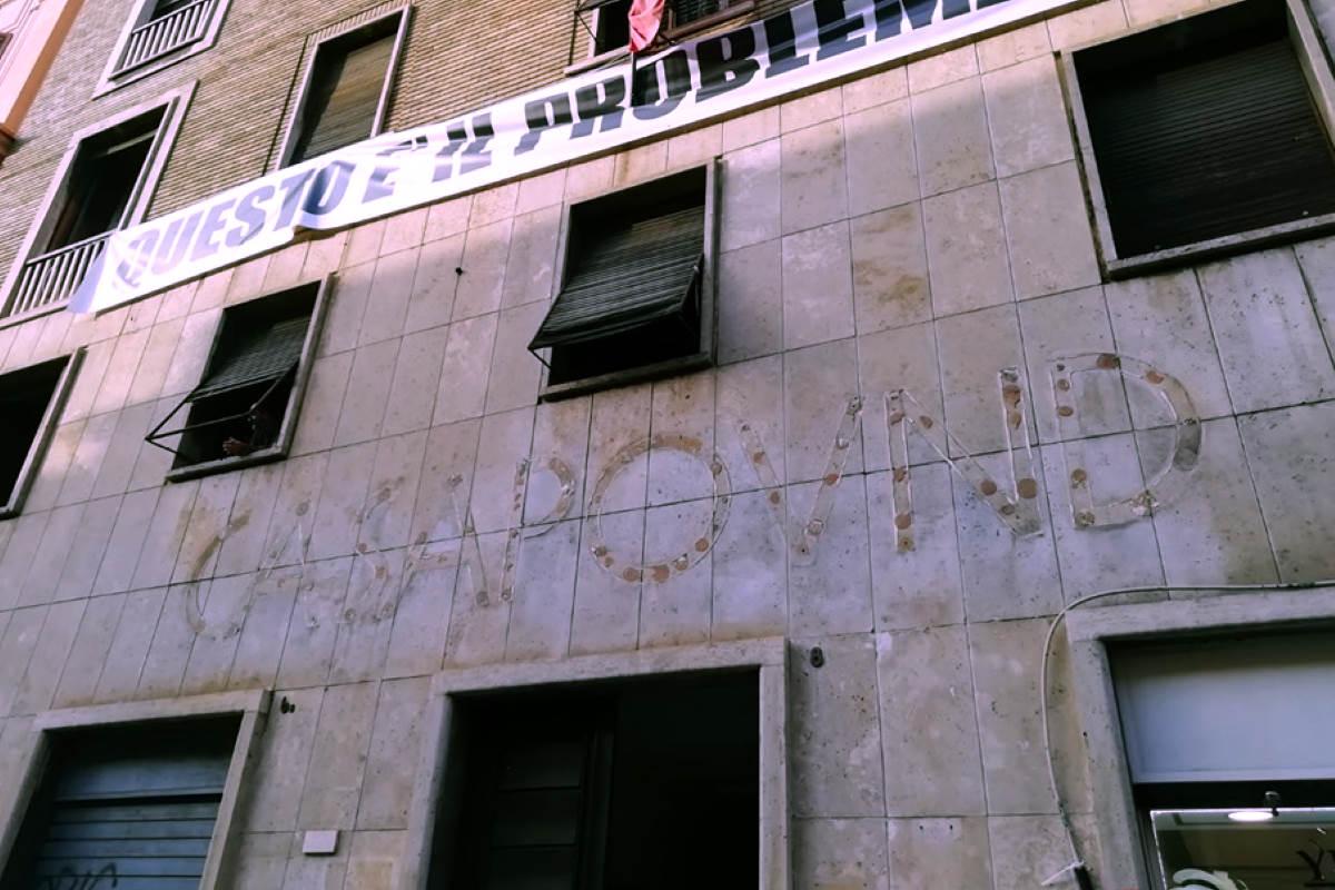 Fascisti su Roma, via la scritta CasaPound dallo stabile in via Napoleone III