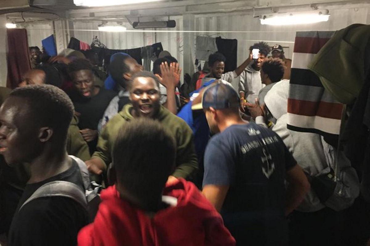 A Messina i 213 migranti della Ocean Viking mentre i 73 a bordo della Open Arms attendono ancora un PoS