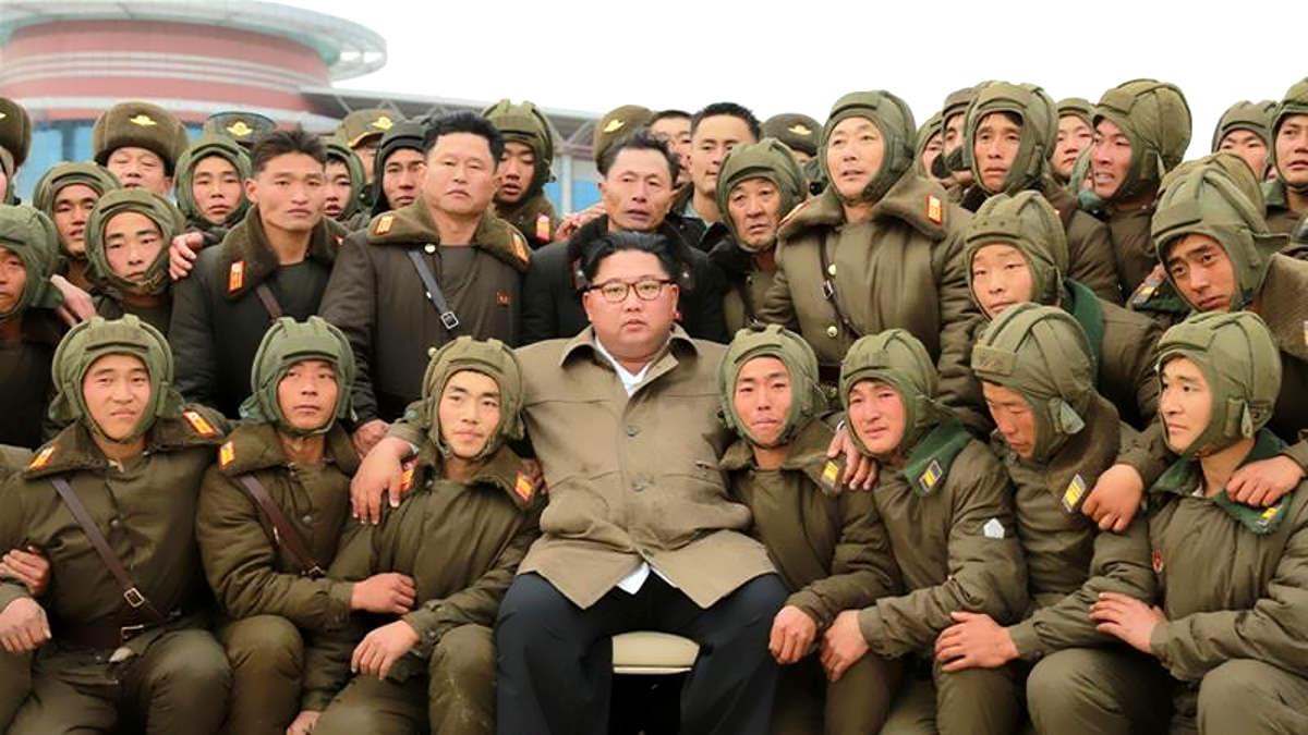 Per Kim Jong-un Abe è un imbecille e un nano politico e minaccia il Giappone con il lancio di un vero missile balistico