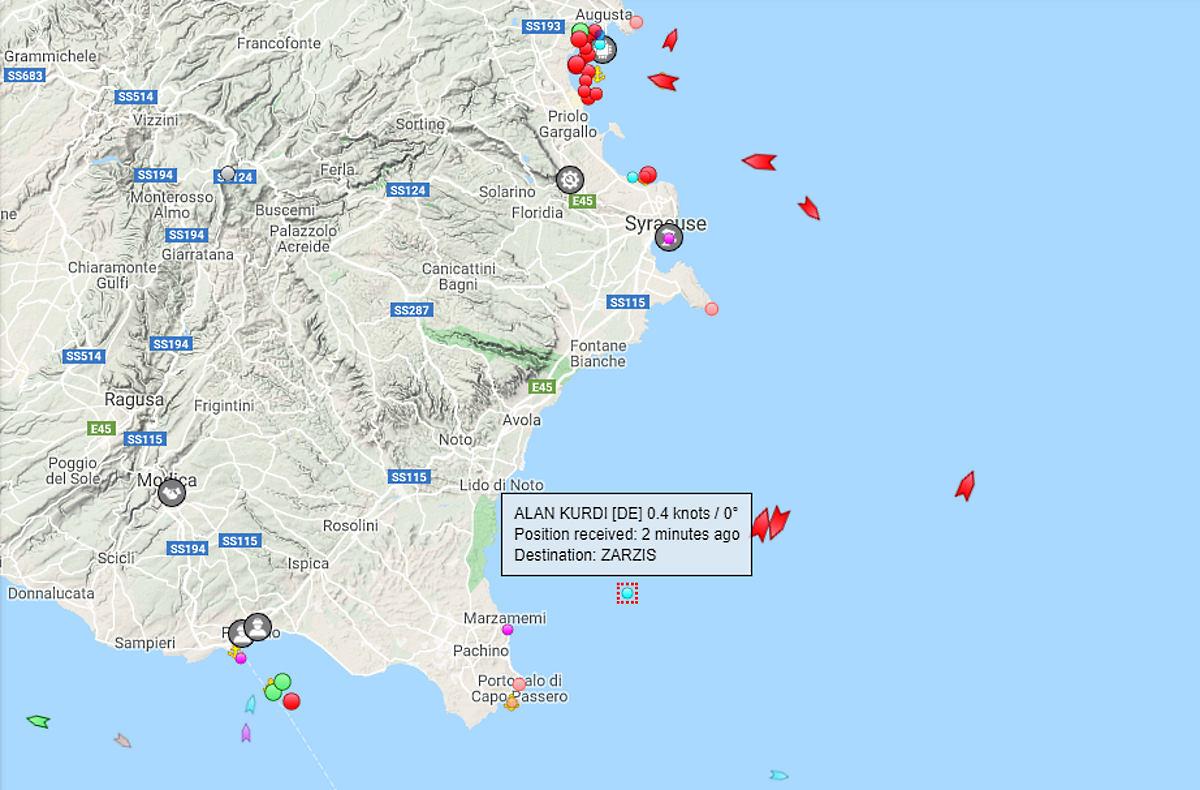 La Alan Kurdi con 88 persone a bordo entra in acque italiane per ripararsi dal cattivo tempo