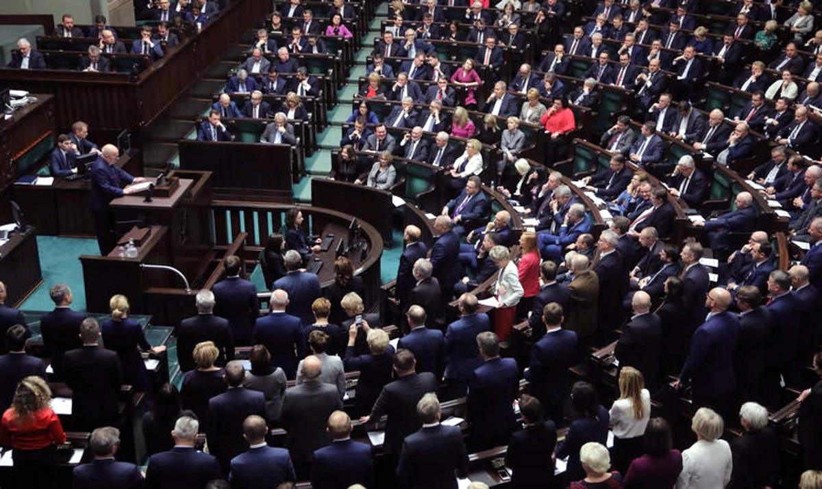 La Polonia vara una legge per limitare ulteriormente l'autonomia della magistratura