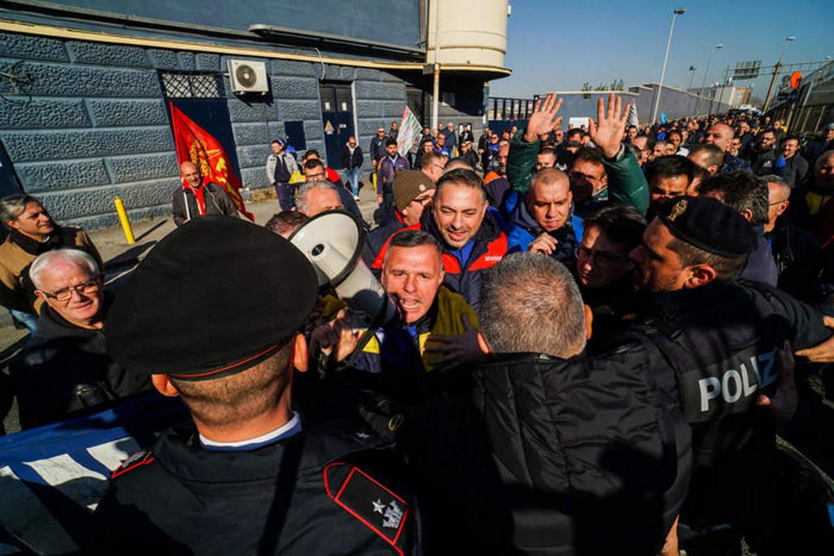 La Whirlpool vuole chiudere la fabbrica di Napoli e i lavoratori bloccano la Napoli - Salerno