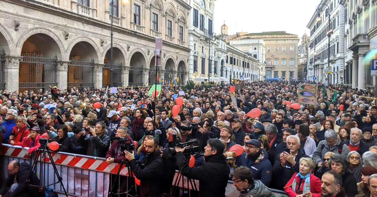 A riempire piazza Santi Apostoli stavolta tocca alle sardine arrivate a Roma nel loro viaggio dal nord al sud