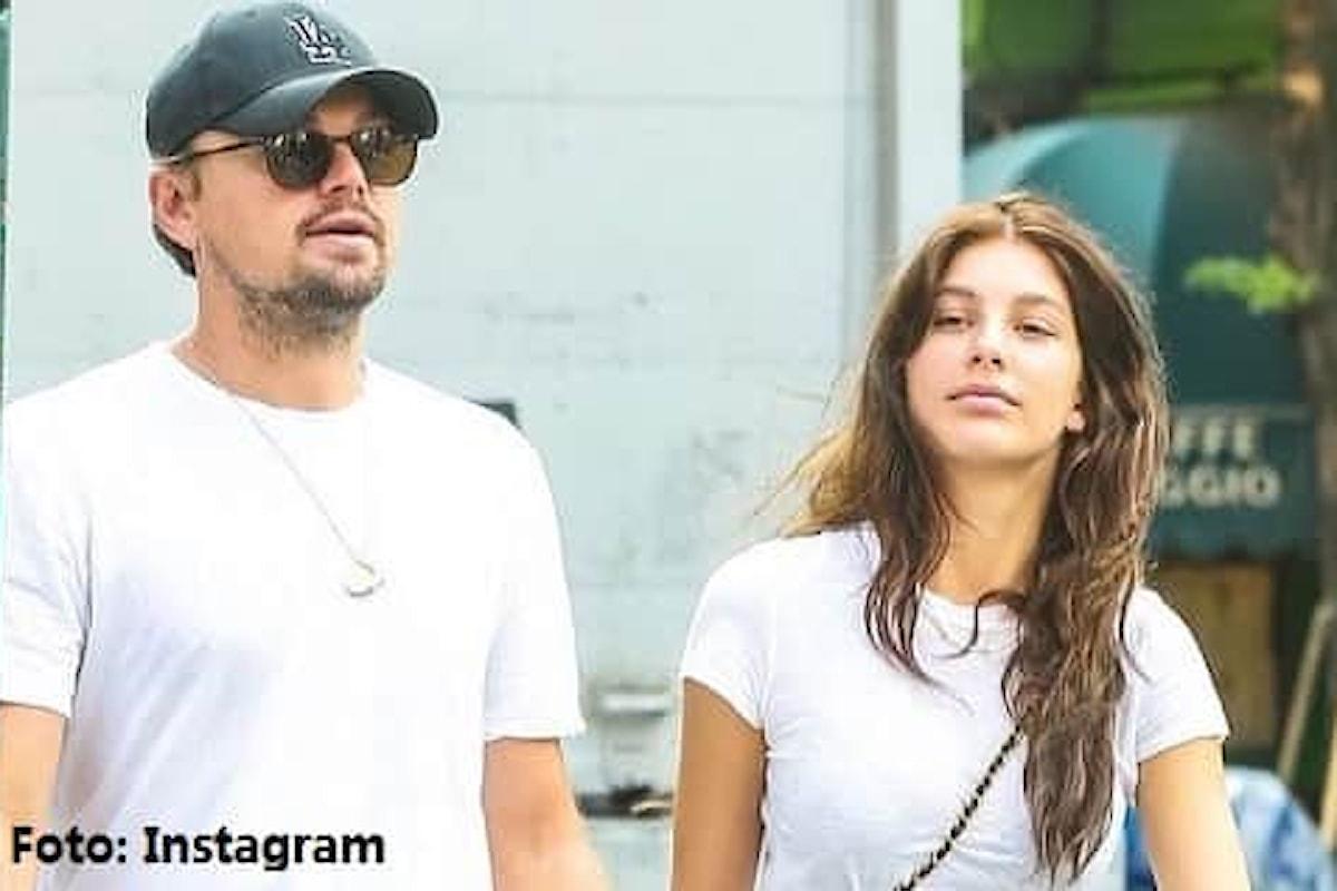 Leonardo DiCaprio e Camila Morrone con le mascherine chirurgiche mentre portano a spasso il loro cane
