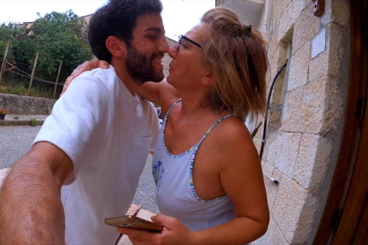 Rientro in Sicilia con «IL PACCO DA SU», la sorpresa del giovane regista siciliano Ivan D'Ignoti alla mamma che non lo vedeva da otto mesi