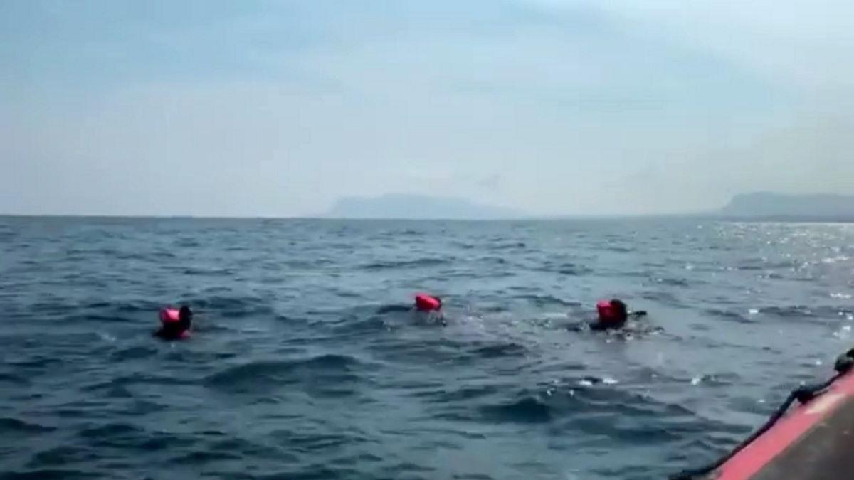 76 persone si gettano in mare dalla Opern Arms in attesa di istruzioni davanti al porto di Palermo