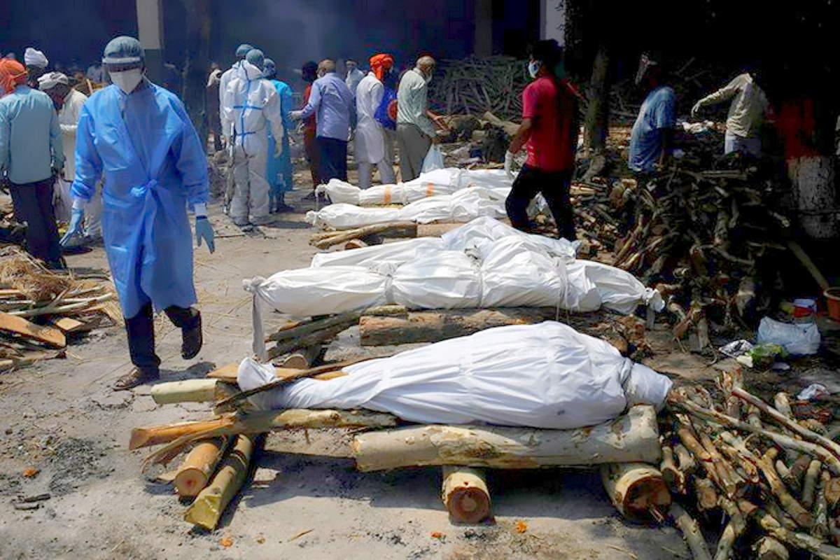 In India anche cremare i morti da Covid costituisce un grave problema