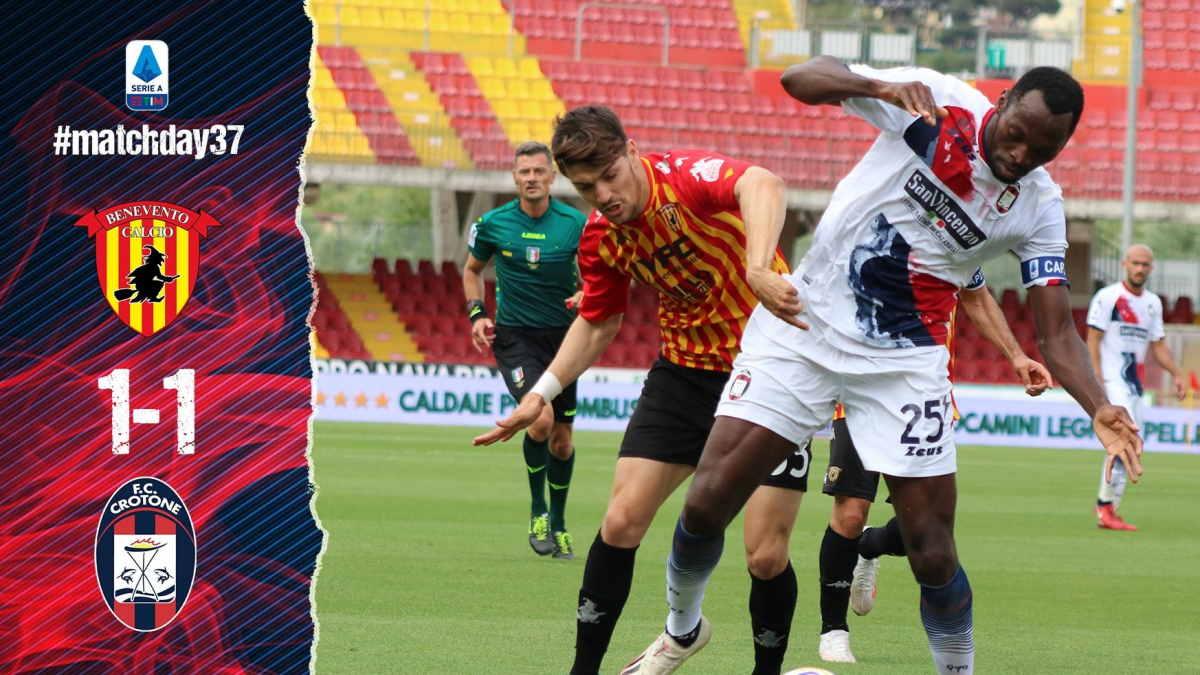 Il Benevento pareggia 1-1 con il Crotone e salva il Cagliari. La squadra di Inzaghi adesso deve sperare che la Lazio batta il Torino
