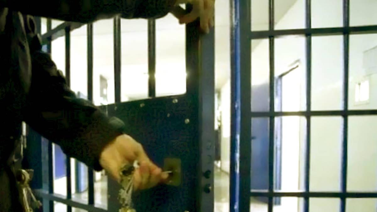 La Polizia penitenziaria pesta i detenuti in custodia? Per Lega e Italia Viva è un possibile reato... da nulla