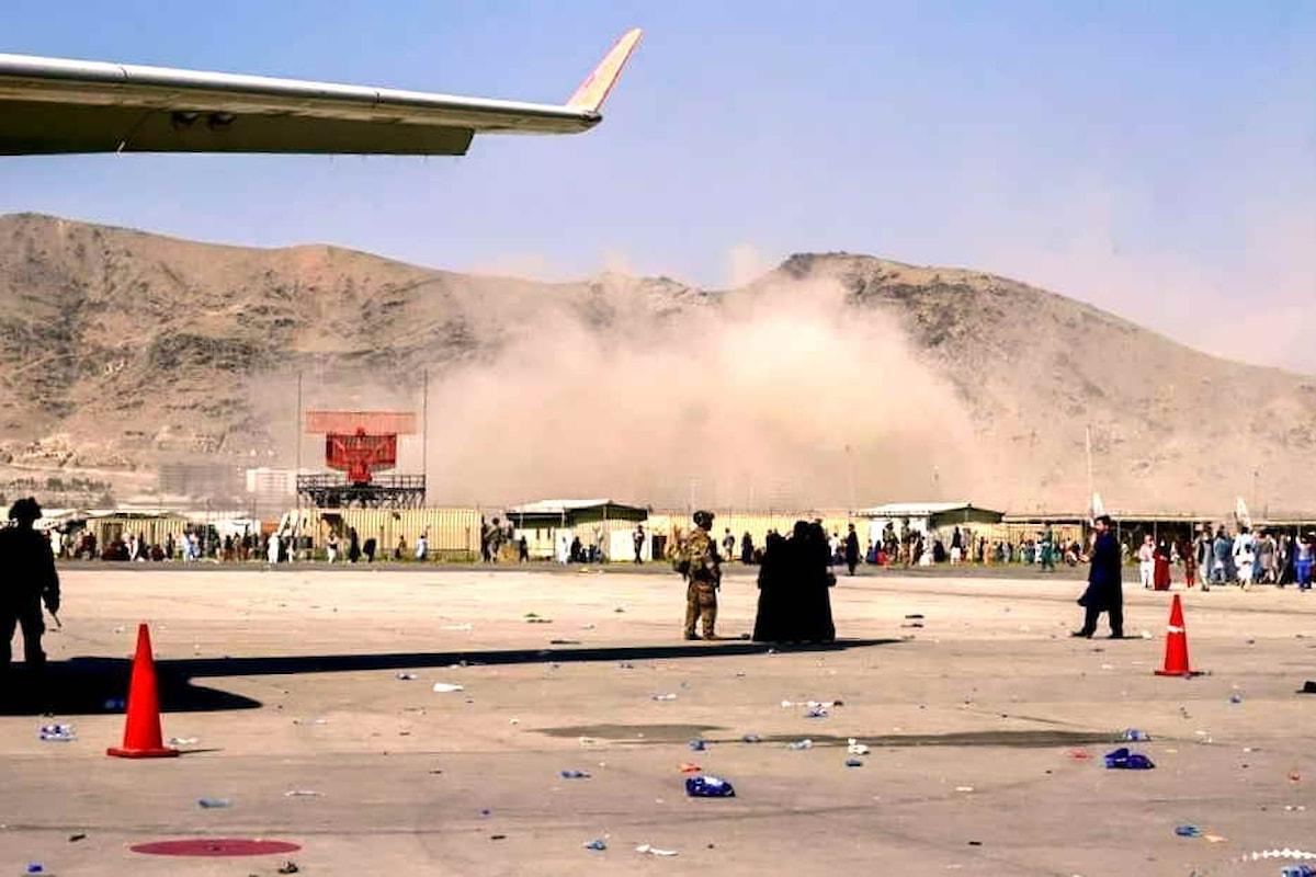 Decine di morti, anche dei soldati Usa, nell'attentato dell'Isis all'aeroporto di Kabul. Le operazioni di evacuazione proseguono