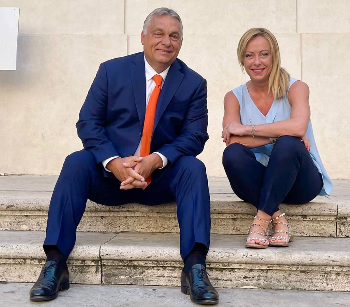 Il saluto tra Meloni e Orban in visita (privata) a Roma