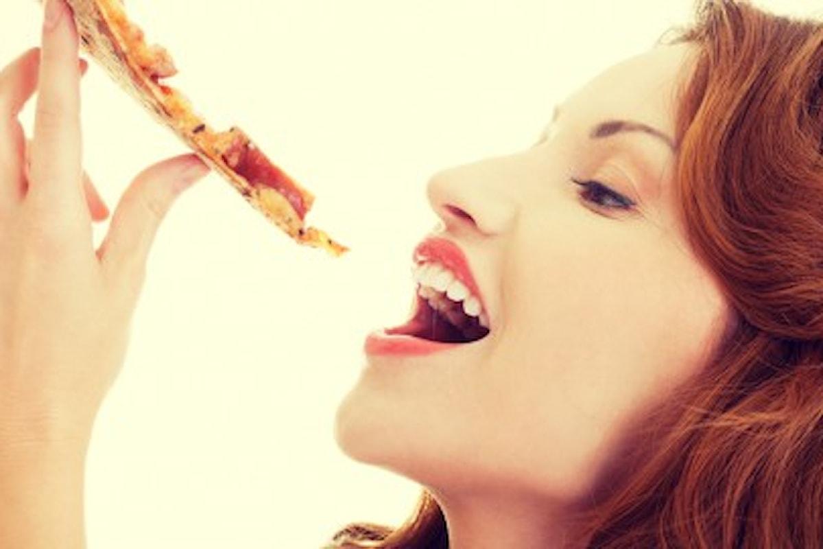 Da oggi anche il Galateo ammette che si può mangiare la pizza anche con le mani