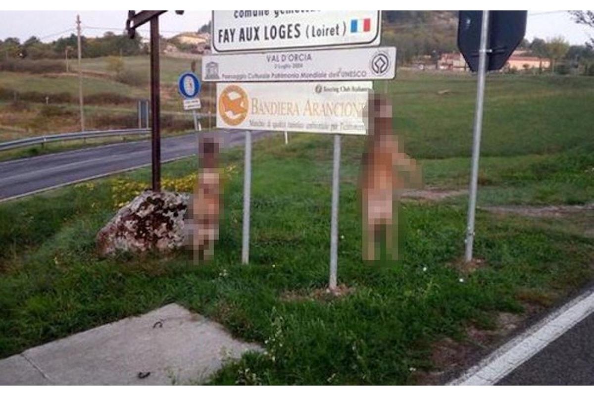 Due lupi appesi ad un cartello stradale all'ingresso di Radicofani, in provincia di Siena
