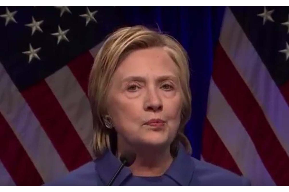 Hillary Clinton appare di nuovo in pubblico dopo la sconfitta: è diventata una vecchia!