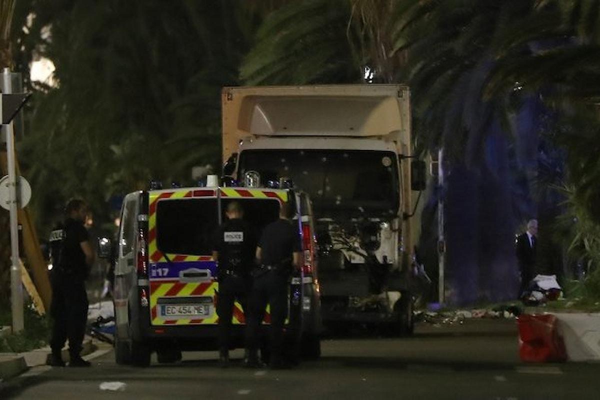 Nizza, camion corre e falcia la folla: è attacco terroristico