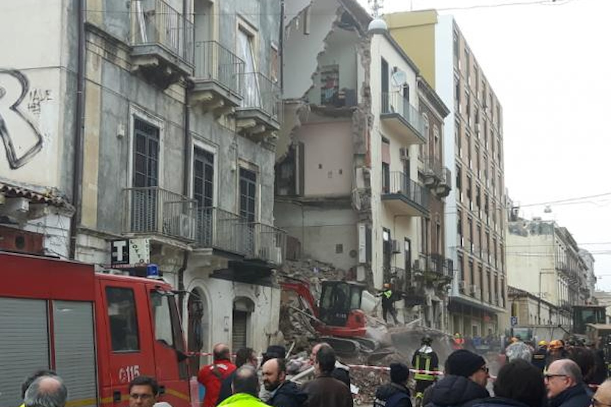Tragedia a Catania, crolla palazzina. Morta una donna anziana, in coma una bambina