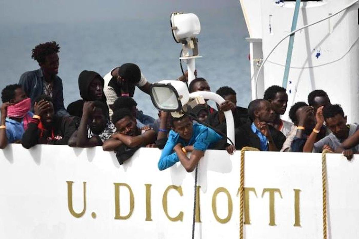 Lo sceriffo Salvini vuole le manette per i migranti della Diciotti