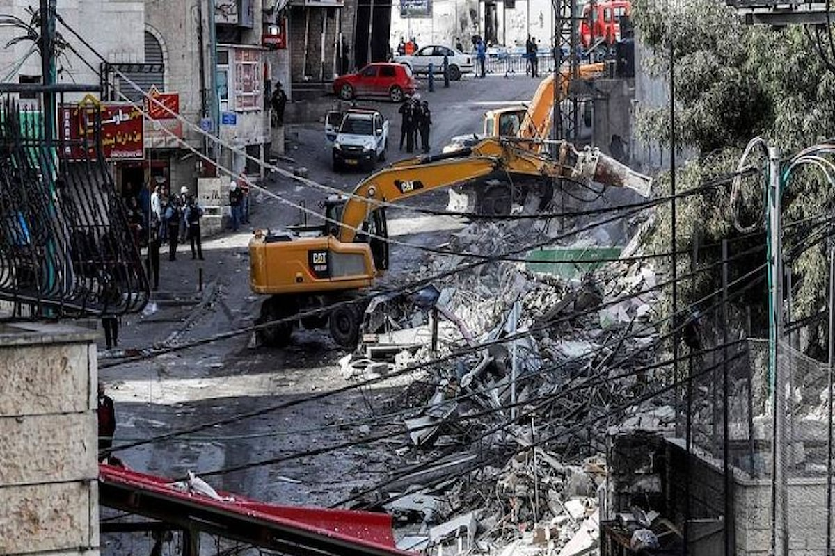 I bulldozer israeliani all'opera in un campo profughi a nord di Gerusalemme
