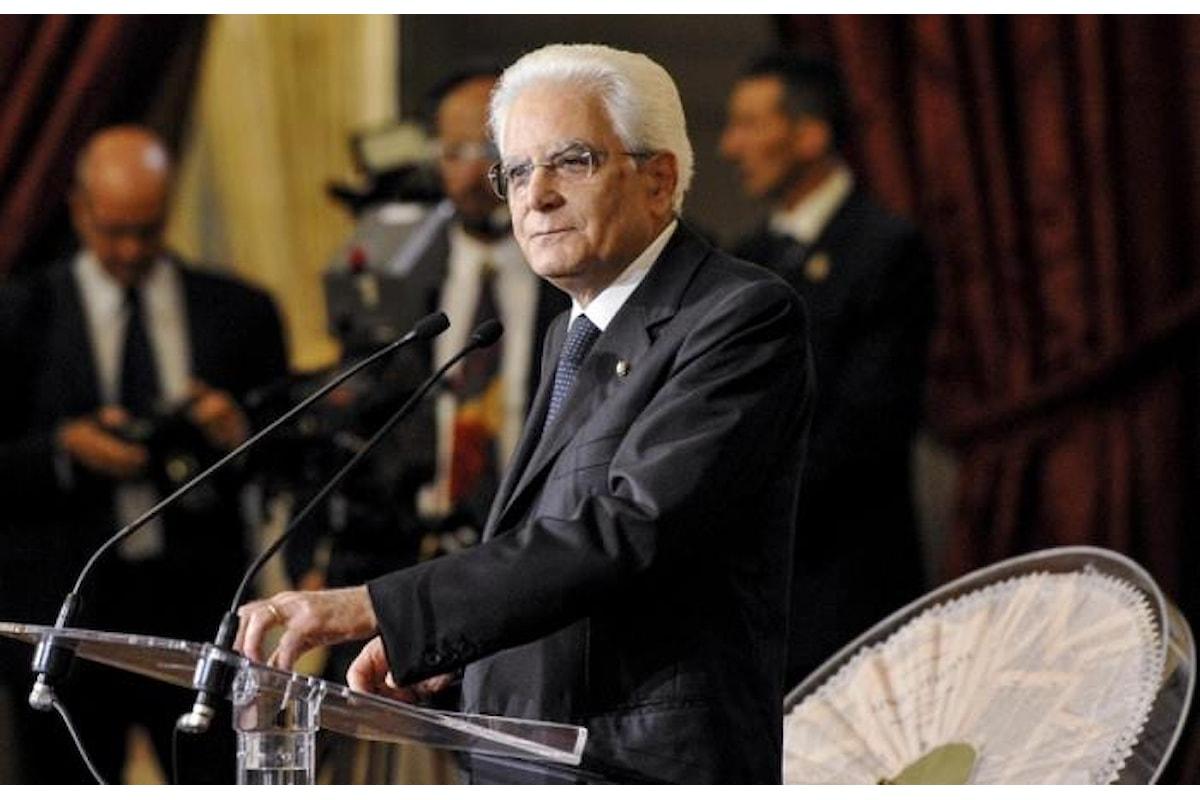 Mattarella, durante la cerimonia del Ventaglio, richiama stampa e governo al buon senso manzoniano