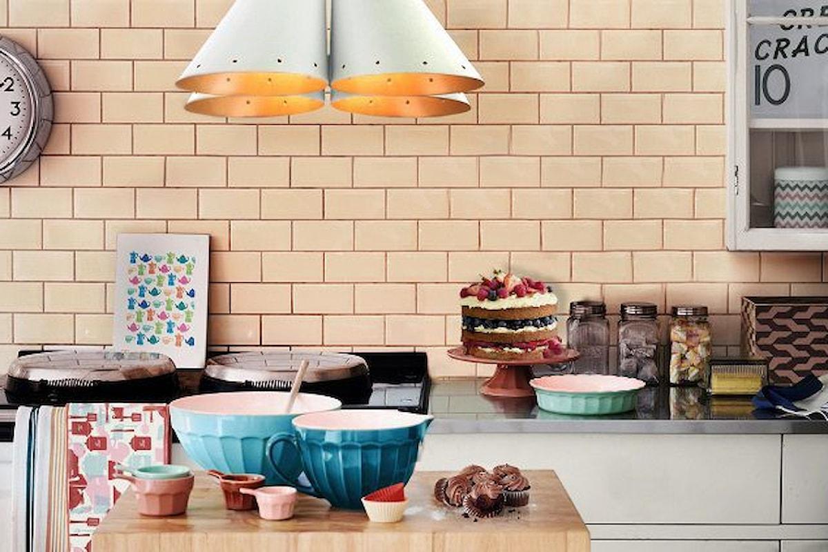 Cucina ordinata: 10 cose che puoi buttare via oggi stesso