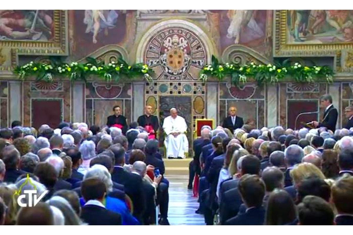 A Papa Francesco è stato consegnato il premio Carlo Magno 2016